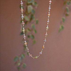 Colar longo trevinhos cristais coloridos ouro semijoia