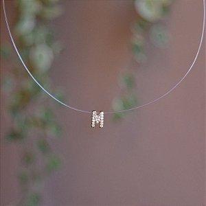 Colar fio de nylon letra M ouro semijoia