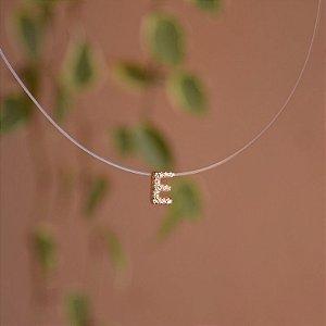 Colar fio de nylon letra E ouro semijoia