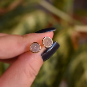 Brinco redondo pedra natural drusa acinzentado ouro semijoia