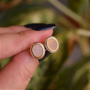 Brinco oval pedra natural drusa ouro semijoia