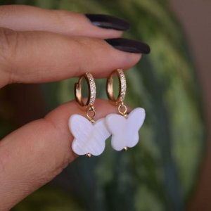Brinco argolinha borboleta madrepérola ouro semijoia 4257