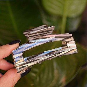 Piranha de cabelo retangular acrílico listrado  preto com madrepérola