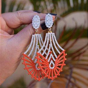 Brinco Leticia Sarabia cristais branco e laranja