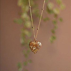 Colar curto relicário coração ouro semijoia