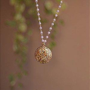 Colar curto relicário redondo pérola ouro semijoia