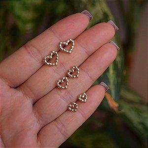 Kit 3 brincos corações esferas ouro semijoia
