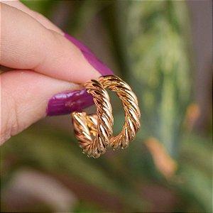 Brinco argolinha torcida m ouro semijoia