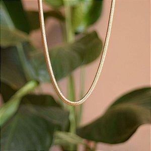 Colar curto malha metal ouro semijoia