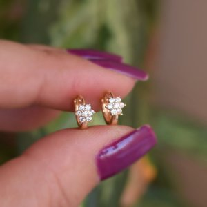 Brinco argolinha segundo furo mini flor zircônia ouro semijoia 11a04037