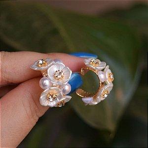 Brinco argola flor madrepérola pérola cristal ouro semijoia