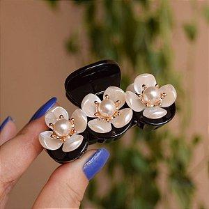 Piranha de cabelo acrílico preto com flores e pérolas