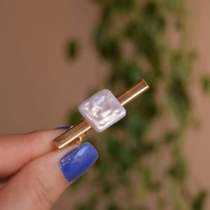 Presilha bico de pato metal resina pérola barroca