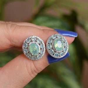 Brinco oval cristal verde leitoso ródio semijoia 18k01036