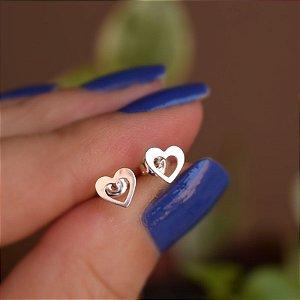 Brinco mini coração vazado prata 925