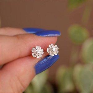 Brinco mini flor prata 925