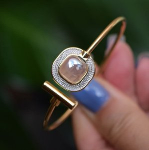 Bracelete ajustável pedra natural perolada quartzo rosa ouro semijoia