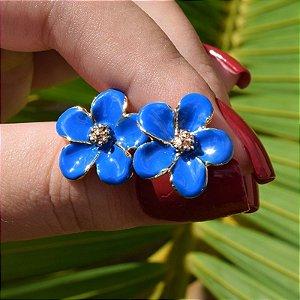 Brinco flor esmaltado azul ouro semijoia