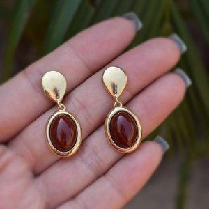Brinco pressão oval pedra natural ágata vermelha ouro semijoia