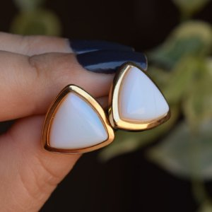 Brinco triângulo pedra natural opalina ouro semijoia