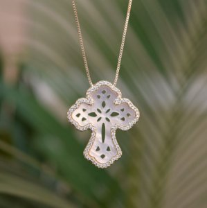 Colar crucifixo madrepérola zircônia ouro semijoia