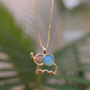 Colar elefante com pedra natural ágata azul céu ouro semijoia