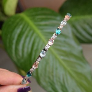 Tiara metal prata cristais coloridos