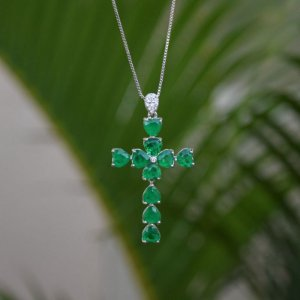 Colar crucifixo cristal esmeralda ródio semijoia