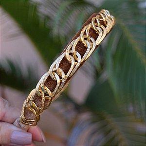 Tiara veludo caramelo com metal dourado