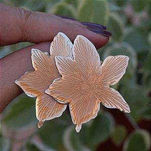 Brinco flor chapa resinado ocre