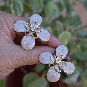 Brinco flor resinado bege dourado