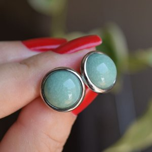 Brinco redondo pedra natural quartzo verde ródio semijoia