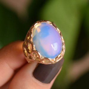 Anel oval pedra natural opalina ouro semijoia