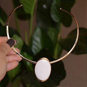 Colar aro Lázara Design medalha branca esmaltada dourado