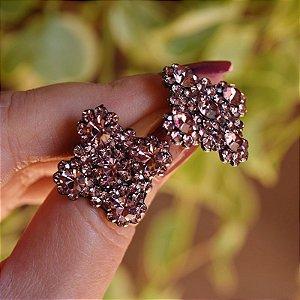 Brinco Leticia Sarabia quadrado curvas cristal lilás