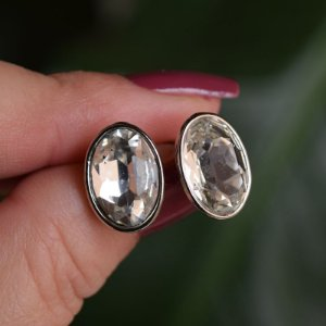 Brinco oval Leticia Sarabia cristal prateado