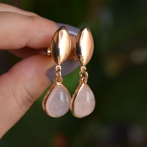 Brinco pressão gota pedra natural quartzo rosa ouro semijoia