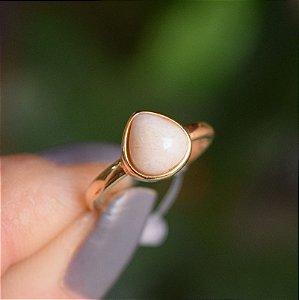 Anel pedra natural amazonita bege gota ouro semijoia