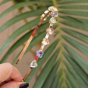 Tiara metal dourado com cristais corações coloridos