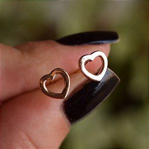 Brinco mini coração vazado ouro semijoia 19K13019