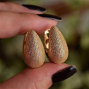 Brinco argola gota alongada metal texturizado ouro semijoia 19K11123