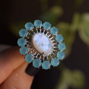 Anel oval cristal azul leitoso e madrepérola ródio semijoia