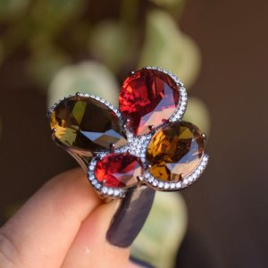 Anel cristais vermelho e topázio ródio negro semijoia