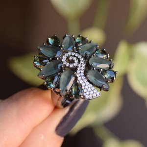 Anel oval cristais cinza esverdeado ródio negro semijoia