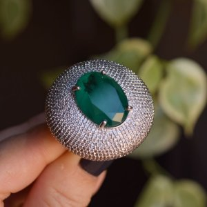 Anel redondo cristal verde zircônia ródio semijoia