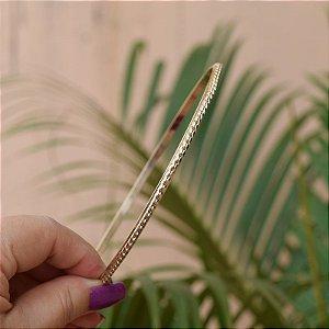 Tiara fina metal torcido dourado