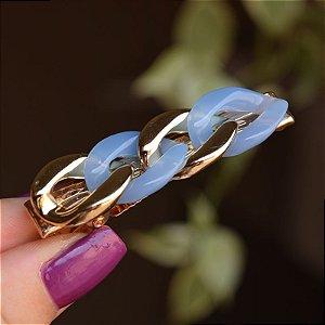 Presilha bico de pato corrente dourado com acrílico azul