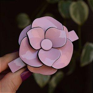 Presilha camélia acrílico rosa