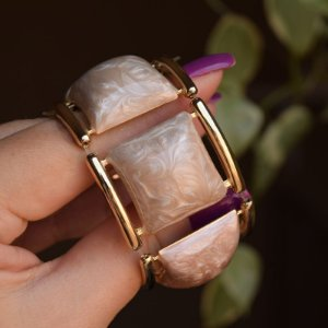 Bracelete resina madrepérola bege com dourado