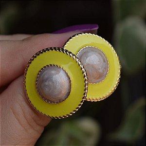 Brinco redondo metal esmaltado amarelo com madrepérola